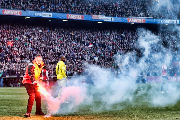 Feyenoord-doelman Kenneth Vermeer wordt bekogeld met een noodseinfakkel tijdens de bekerfinale tegen FC Utrecht.
