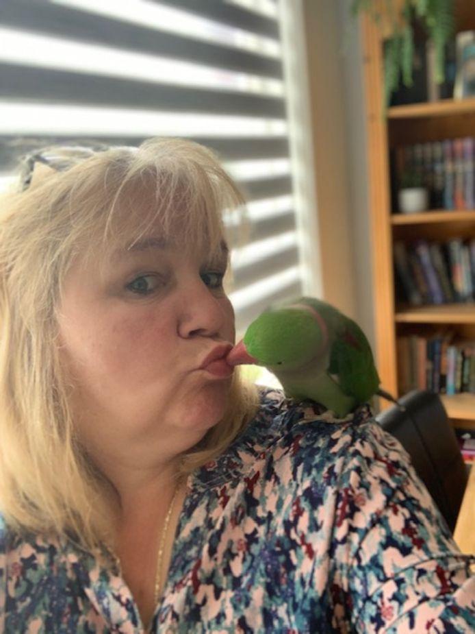Sandra met Ziggy, die vaak op één van haar schouders gaat zitten.