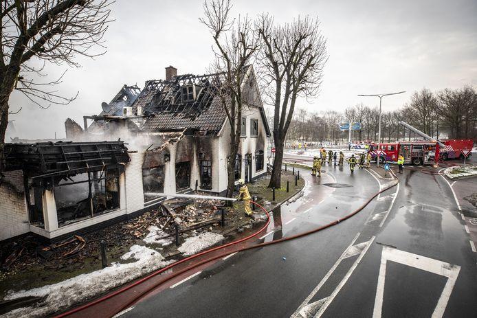 De brandweer blust na in De Kruidentuin.
