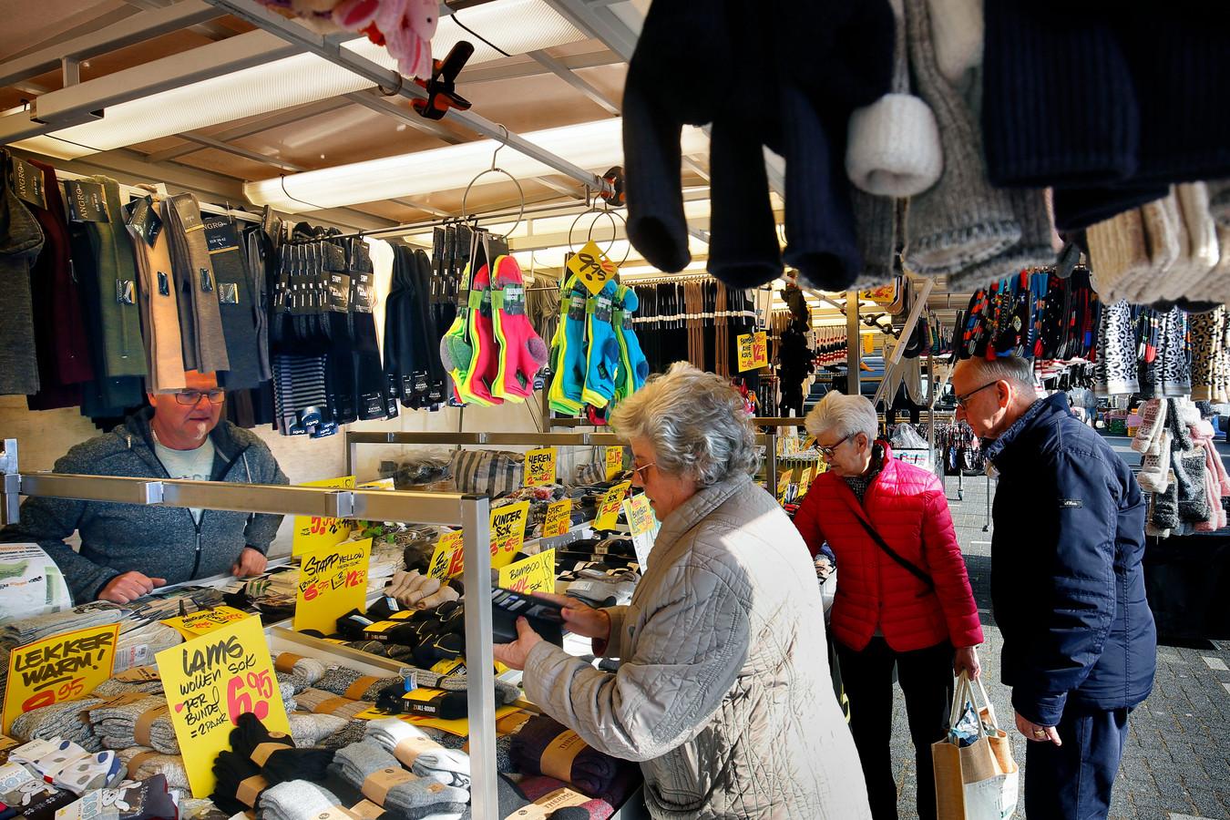 De weekmarkt in Werkendam, waar sinds zaterdag weer non-foodproducten verkocht mochten worden. Vanaf maandag 3 mei is ook op de markt in Gorinchem weer non-food verkrijgbaar.