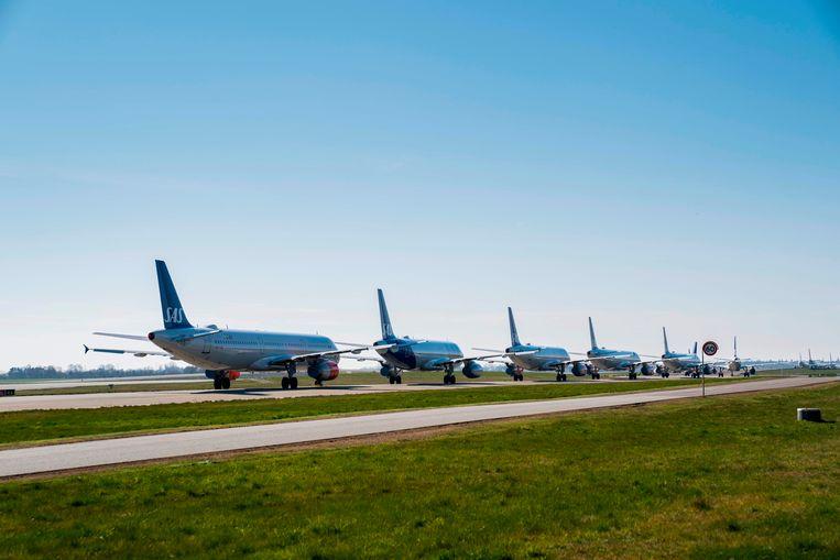 De meeste vliegtuigen staan aan de grond en toch is 'vliegen' vandaag spotgoedkoop.  Beeld AFP