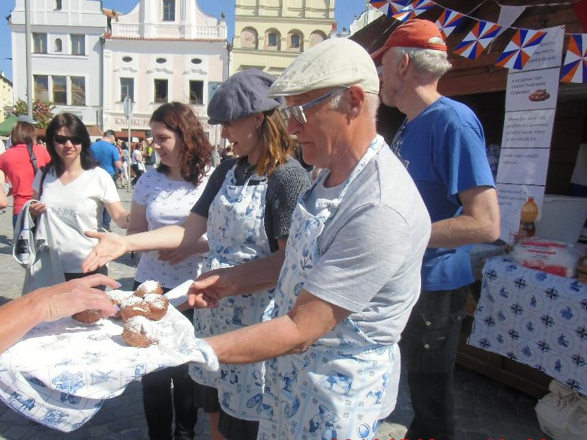 Briellenaren delen ieder jaar op 8 mei oliebollen uit in het Tsjechische stadje. Het is daar dan Bevrijdingsdag.