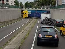 Vrachtwagen rijdt zich klem voor tunnel in Breda