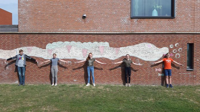 Finn Huijbregts, Nienke Kuipers, Sita de Klein, Femke Gommers en Jort Kuipers (v.l.n.r.) voor een van de muren in Breda die ze met krijt hebben mogen beschilderen. Deze slang kun je zien in de Lange Weide in de wijk Waterdonken..
