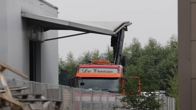 Vrachtwagen ramt luifel van bedrijfsgebouw met kraanarm