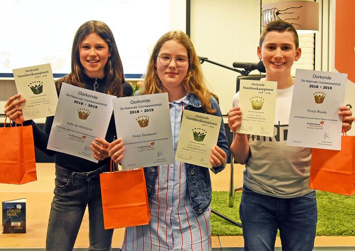 Indy de Schrijver, Vicky Dankaart en Victor Weeda (vlnr) zijn de Zeeuws-Vlaamse voorleeskampioenen.