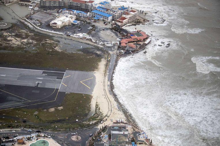 2017-09-06 22:05:42 SIMPSON BAY - Luchtfotografie van de schade aan het vliegveld op Sint-Maarten van orkaan Irma. De NH90 helikopter van Zr. Ms. Zeeland een eerste verkenningsvlucht gevlogen over de eilanden Saba, Sint Eustatius en Sint Maarten. ANP HANDOUTS MINISTERIE VAN DEFENSIE / GERBEN VAN ES **NO ARCHIVE, NO SALE, EDITORIAL USE ONLY** Beeld ANP Handouts