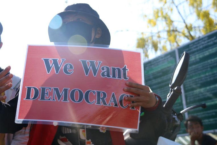 Een Myanmarese betoger heeft een niet mis te verstane boodschap voor de militaire junta. Beeld AFP