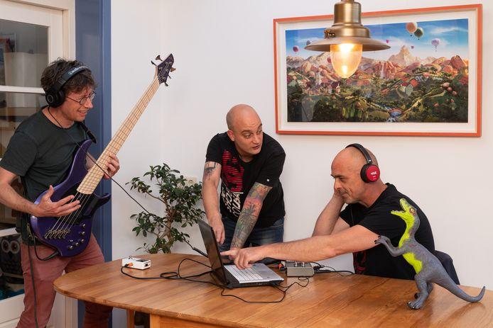 Zonder samen te spelen namen de bandleden van metalband Monster uit Wageningen een album op. Van links naar rechts Bas Briaire, Frank Ruisch, Michael Schoemaker.