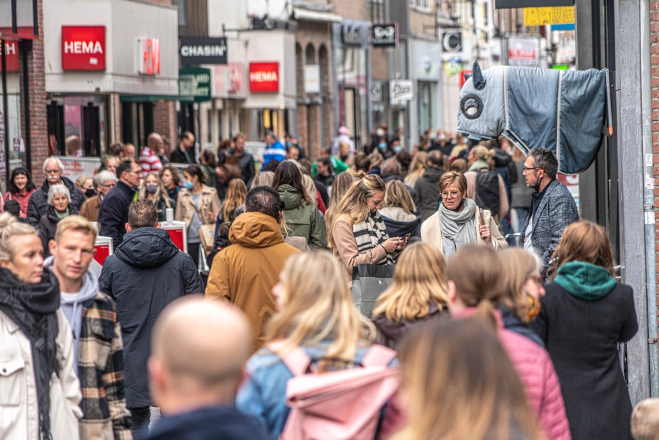 Winkelend publiek in de Zwolse Diezerstraat op zaterdagmiddag.
