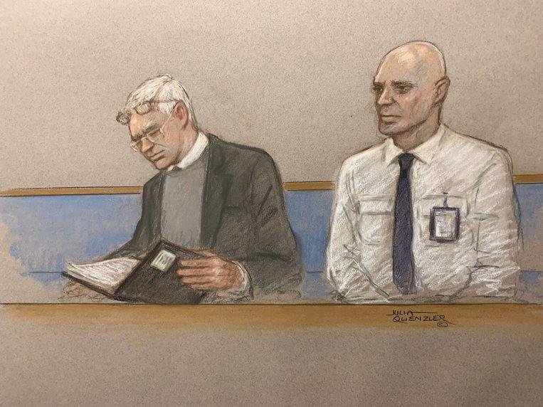 Julian Assange (links) tijdens een hoorzitting over zijn uitlevering naar de Verenigde Staten. Beeld REUTERS