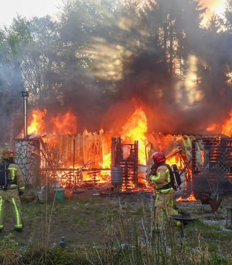 Uitslaande brand verwoest chalet op recreatiepark De Rooye Asch in Handel