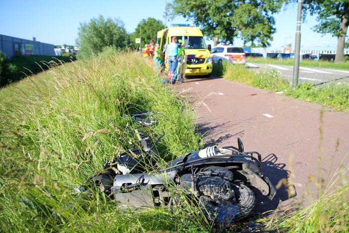Man op snorscooter zwaargewond na botsing tegen lantaarnpaal in Raamsdonksveer.