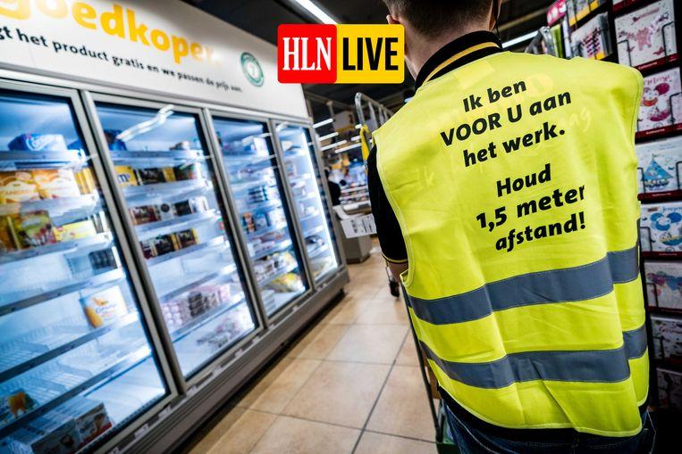 Een medewerker in een Nederlands Jumbo-filiaal.