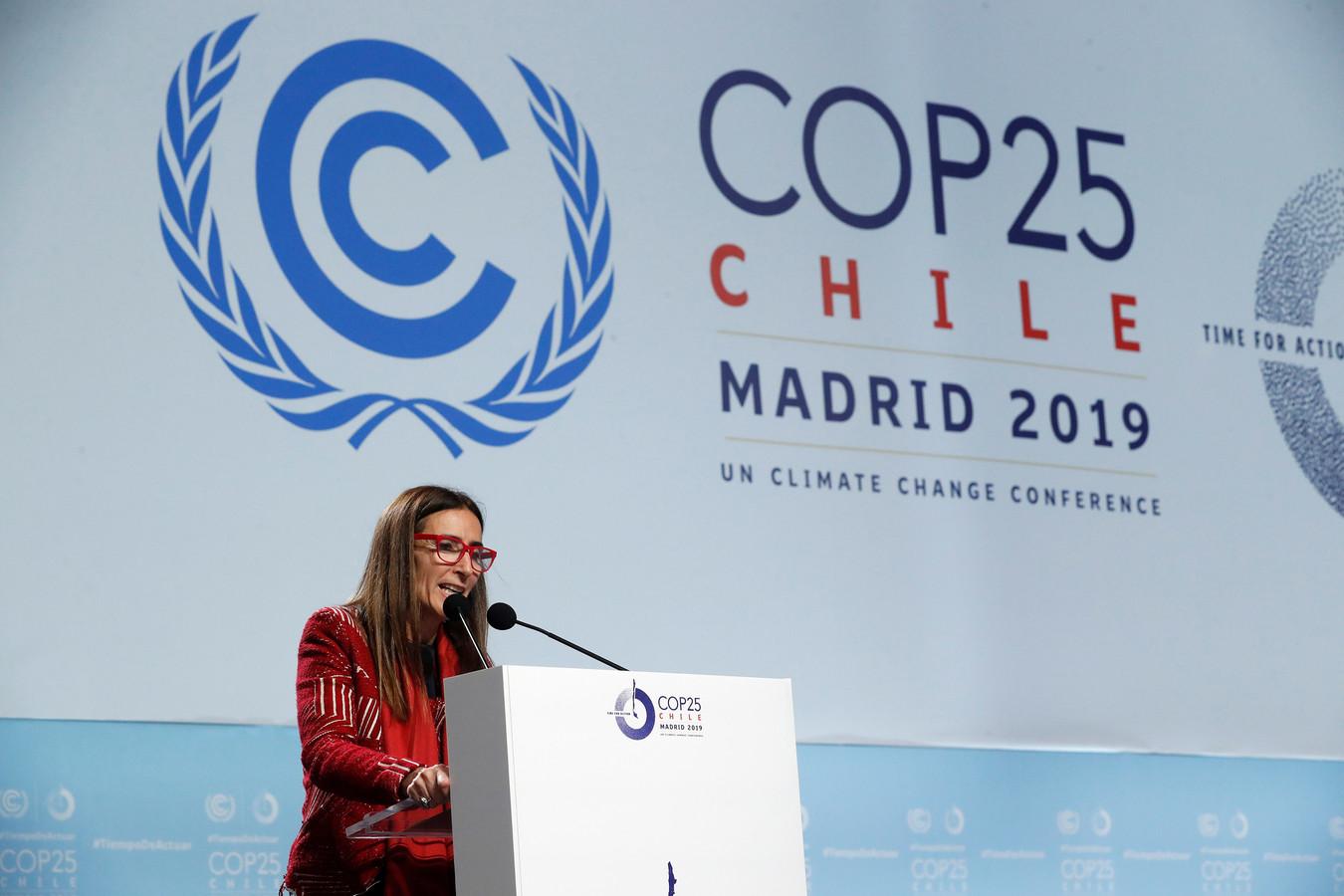Carolina Schmidt, de Chileense milieuminister en voorzitter van de VN-klimaattop in Madrid besluit de conferentie in mineur.