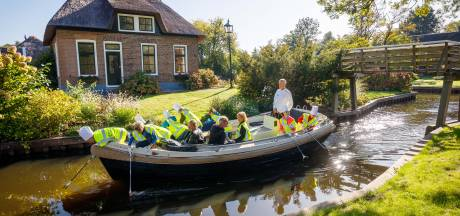 Tweesterrenchef Martin Kruithof leert schoolkinderen lesje 'van plastic soep naar groentensoep'