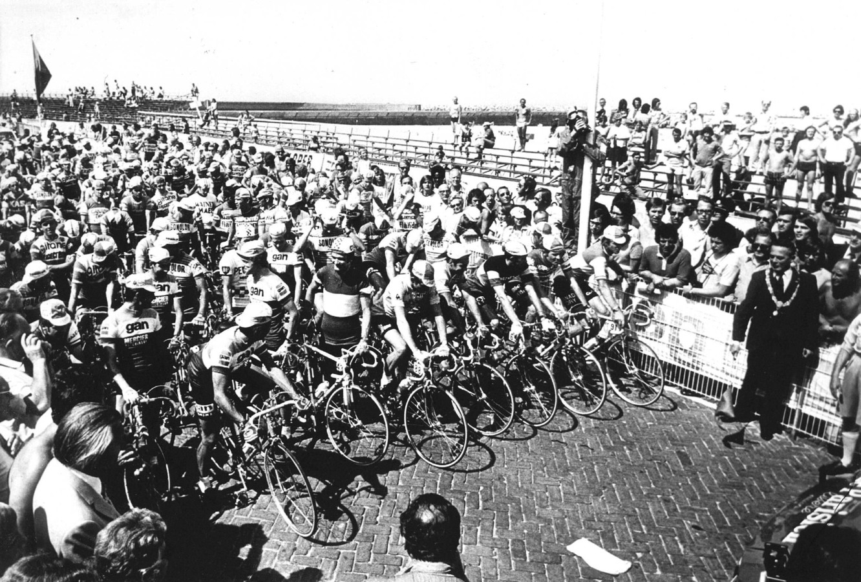 Burgemeester Vic Marijnen geeft het startsein voor Tour de France in 1973 op de boulevard in Scheveningen.