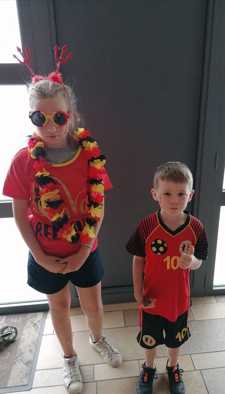 Een broer en zus uit Aalst staan klaar om de deur buiten te stappen en kleur te bekennen.