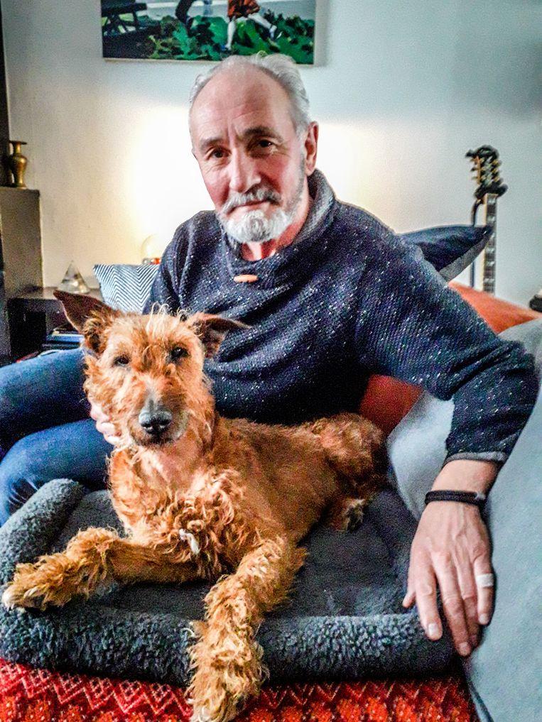 Steven Decaesstecker en zijn hond Mick, die nog steeds herstelt van zijn verwondingen.
