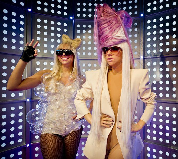 Een lookalike van Lady Gaga met een wassen beeld van de zangeres.