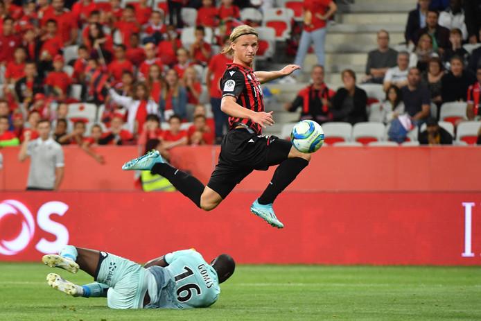 Kasper Dolberg passeert doelman Alfred Gomis en maakt de 1-1 namens OGC Nice.
