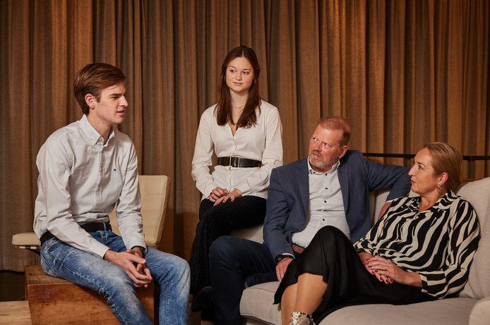 In maart belanden vader Philip en moeder Tracy allebei met corona in het ziekenhuis. Kinderen Emma, Lucas en Thomas (niet op de foto) blijven met zijn drieën alleen thuis in quarantaine.