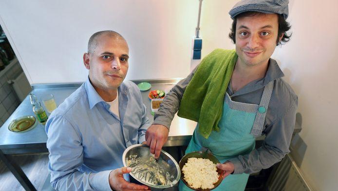 Muawi Shehadeh (links) doet de zaken, Yuval Gal is het culinaire brein.