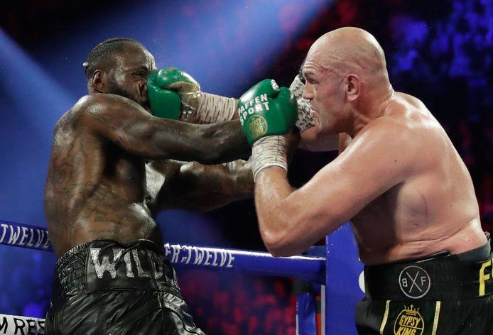 Tyson Fury (rechts) in gevecht met Deontay Wilder