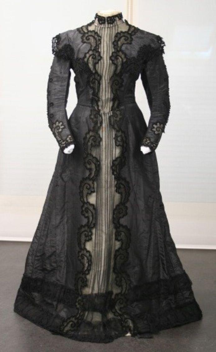 Le Musée de la Vie wallonne est soutenu pour son travail de restauration d'un robe en crêpe de soie brodée de perles noires de jais, datant des années 1920.