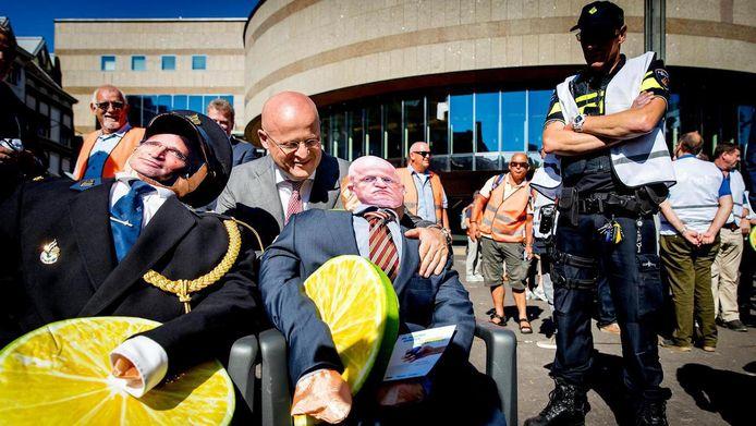 Minister Grapperhaus bekijkt twee poppen van hemzelf en korpschef Erik Akerboom bij een eerdere manifestatie van de politiebonden. Nieuwe acties worden niet uitgesloten als de situatie voor agenten niet verbetert.