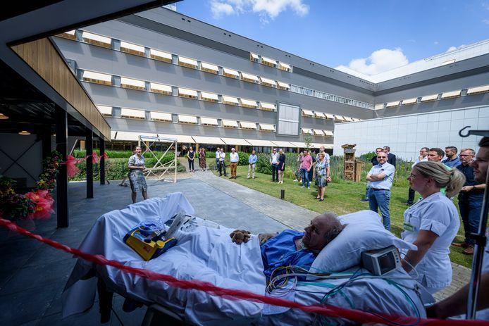 Nog voor de officiële openingshandeling mocht een ic-patiënt van het MST donderdagmiddag al een kijkje nemen in de binnentuin van het ziekenhuis.