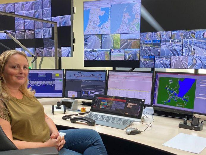 Wegverkeersleider Sarah el Miligi achter haar schermen.