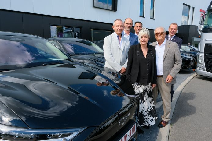 Ford overhandigt 10 elektrische mustangs Vlnr: Paul Van Royen (Ford), Jo Groven (J&)T, Ronan Koninckx (Ford), Ellen Vandervorst (Electro Test), Henri Vandervorst (Electro test). Jan Deknuydt (J&T).