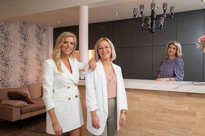 Loremie (links) en Sanne kregen de hulp van Tanja Dexters om hun nieuw schoonheidssalon in te richten.