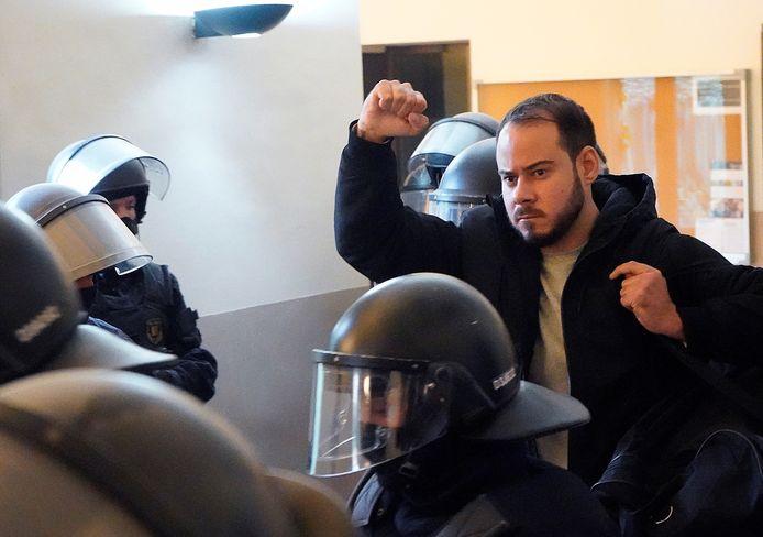 De Spaanse rapper Pablo Hasel wordt door de politie meegenomen uit de universiteit in de Catalaanse stad Lleída.