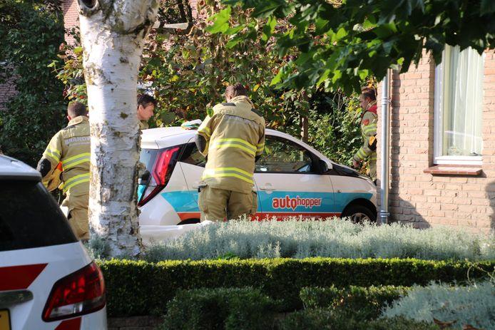 Door een ruitje in te slaan, heeft de brandweer zaterdagmiddag een kind uit een warme auto bevrijd.