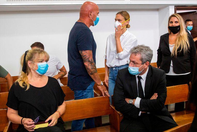 Bar Refaeli (midden) met haar ouders en advocaten in de rechtbank. Beeld AFP