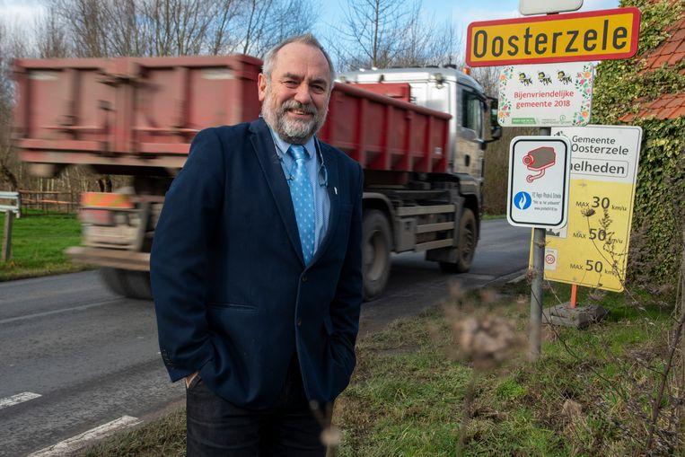 """Burgemeester Johan Van Durme: """"Bij het binnenrijden van Oosterzele worden bestuurders attent gemaakt op het cameraschild""""."""