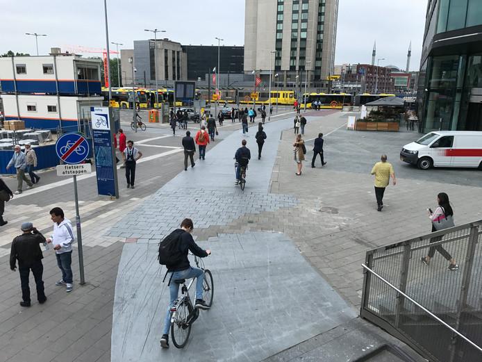 Het looppad op het Jaarbeursplein wordt continu als fietspad gebruikt, wat voor gevaarlijke situaties kan zorgen.