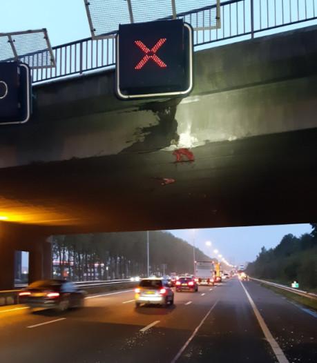 Chauffeur knalt door te hoge lading tegen viaduct