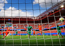 Na een flitsende aanval kopt Vivianne Miedema Oranje op 1-0 tegen Kameroen.