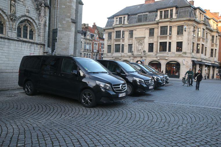 De busjes van het gevolg van de sultan stonden bijna heel de dag geparkeerd op de Grote Markt maar ondertussen mogen er nog slechts twee voertuigen parkeren van de Leuvense politie.