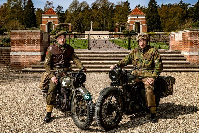 Sven Vosselman op de Norton en Erik van de Weerthof met de BSA eren elk jaar de in 1945 gesneuvelde motorrijder Donald Fife op de Canadese Begraafplaats in Holten