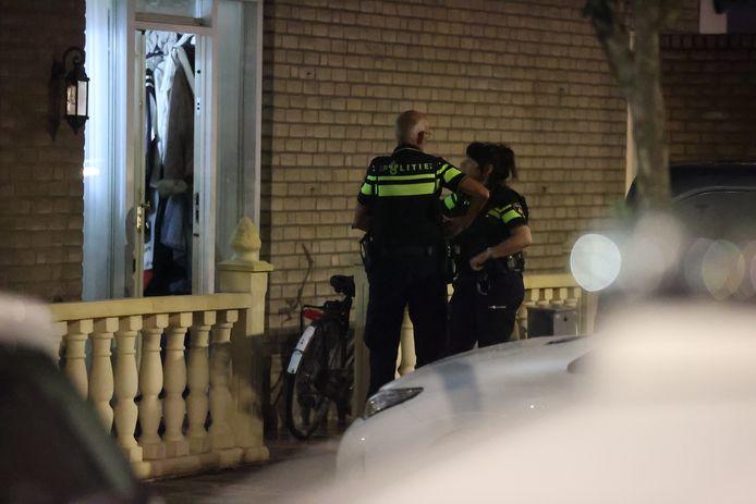 Op de Laurierzoom werden drie mensen aangehouden nadat agenten een hennepkwekerij en wapens aantroffen.