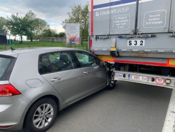 De bestuurder reed met zijn voertuig onder de vrachtwagen.
