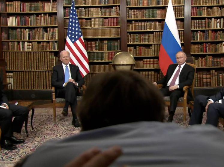 """""""Ga uit de weg"""": Complete chaos tijdens persmoment Biden en Poetin"""