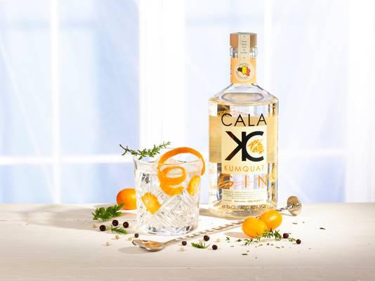Cala Kumquat Gin - Un gin pas comme les autres car il est 100% artisanal, belge et créé par un « Workalcolic », Thierry Verhoeven, dont la carrière l'a amené de Bacardi Martini, à Pernod Ricard, Bruggeman et la Distillerie de Biercée. - Prix conseillé: 42 euros.