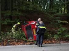 Auto botst tegen boom en slaat om op Posbank, twee inzittenden gewond