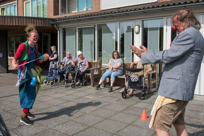 De Cleaning Clowns aan het werk bij woongebouw de Wiekenborg.