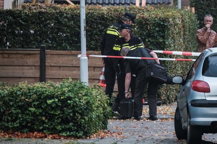 Politieonderzoek aan de Julianastraat in Hengelo. Rechtsachter: De Gelderlander-chef Achterhoek Janko van Sloten staat achter het politielint.